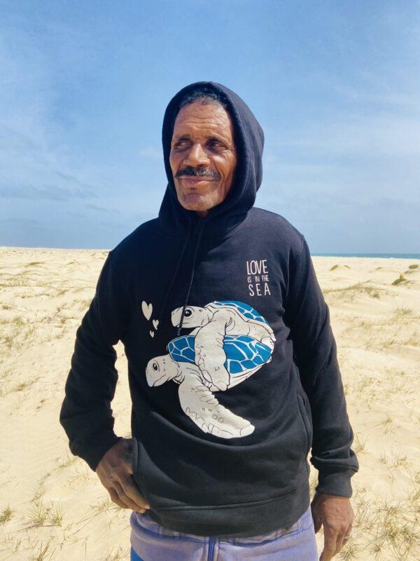 hombre mayor con la sudadera love is in the sea